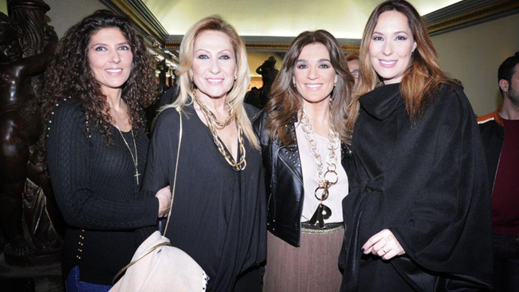 Rosa Benito junto a su hermana, Raquel Bollo y Chayo Mohedano momentos antes de inciarse la representación