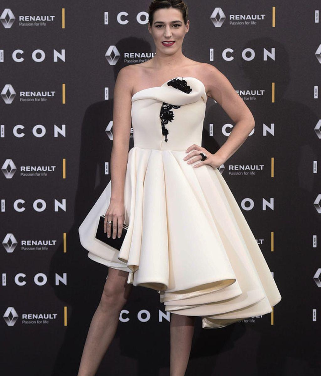 Eugenia Ortiz eligió un vestido corto de palabra de honor