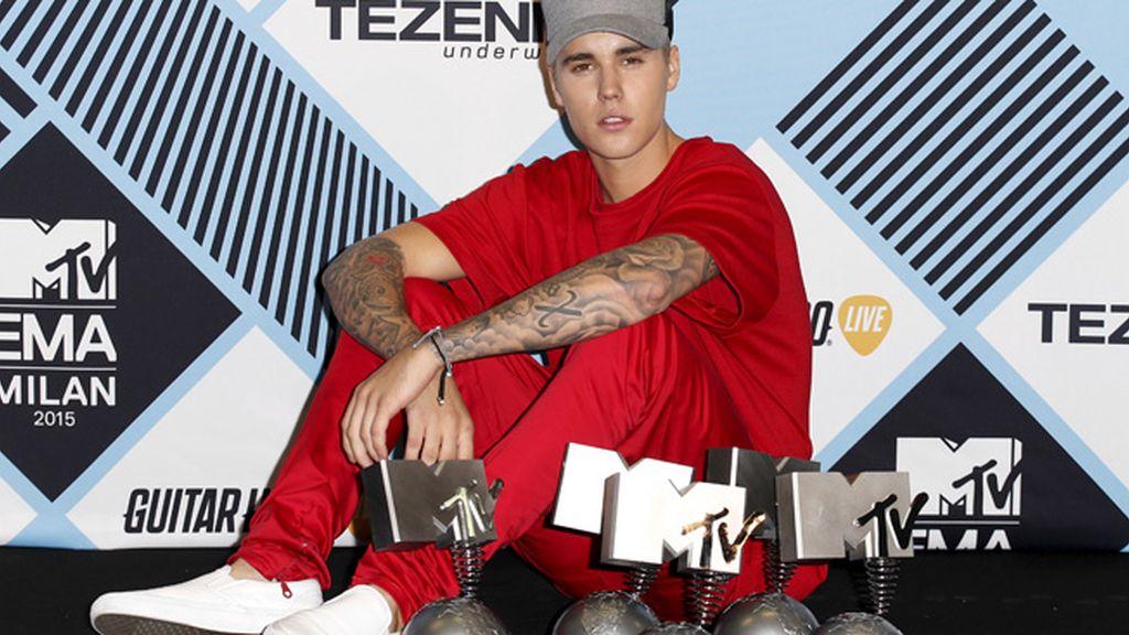 Bieber con sus cinco premios