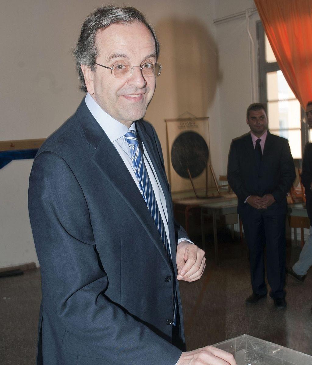 El líder de la conservadora Nueva Democracia (ND) y favorito en las encuestas, Antonis Samarás, ejerce su derecho al voto en Pylos (Grecia)
