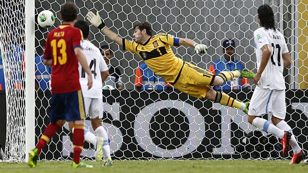 Casillas no llega al lanzamiento de falta de Luis Suárez