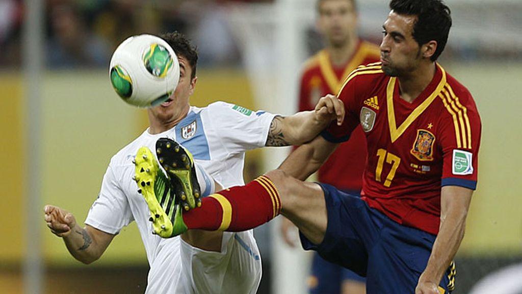 Arbeloa despeja ante un jugador uruguayo
