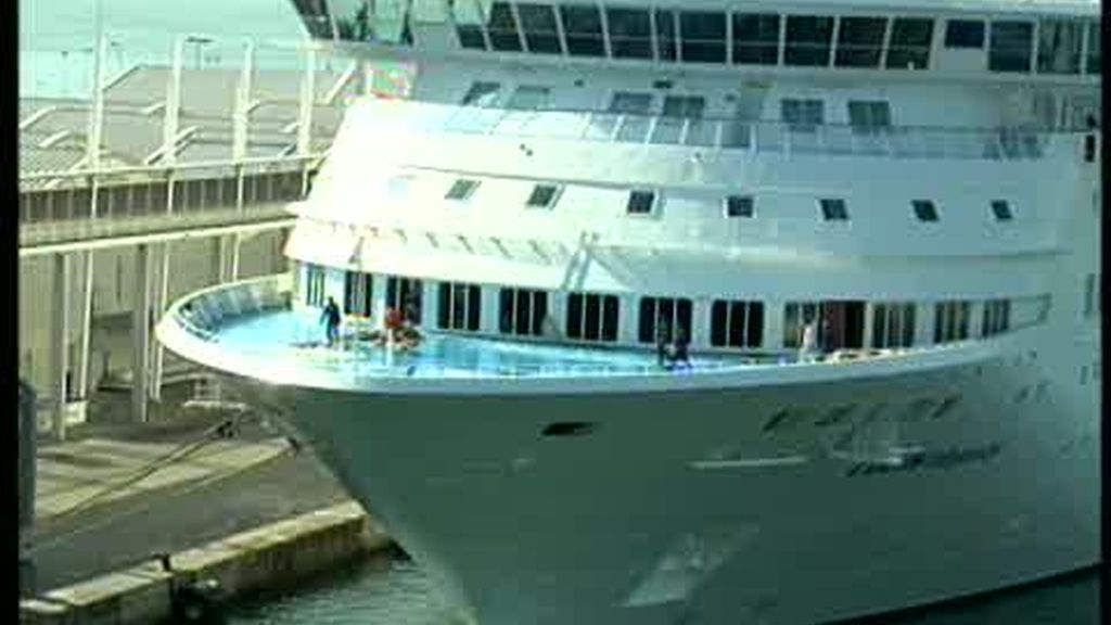 Una ola gigante impacta contra un crucero