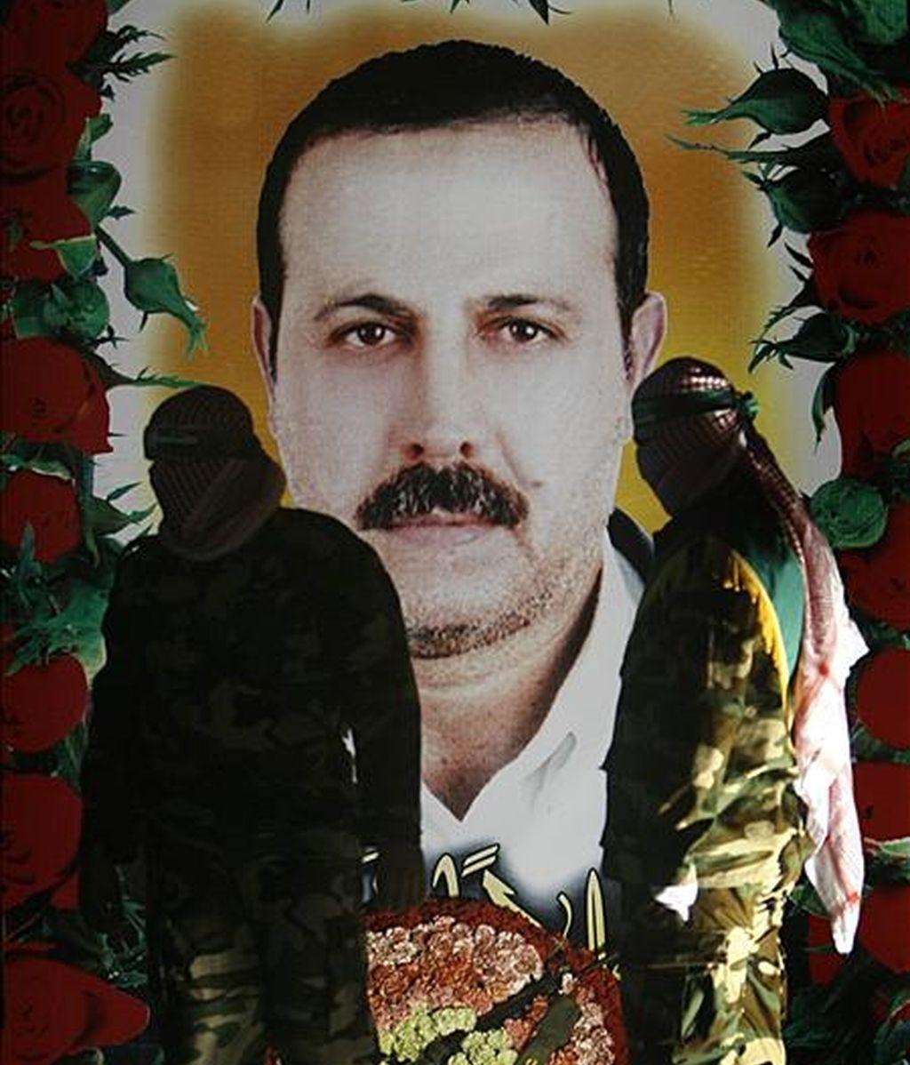 Un grupo de militantes del grupo Hamás posa junto a una fotografía del asesinado comandante militar de Hamas, Mahmoud al-Mabhouh. EFE/Archivo