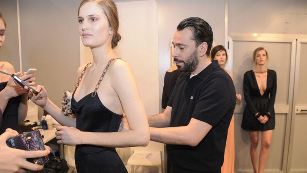 Juanjo Oliva poniendo a punto un modelo de su nueva colección, con la que intenta devolver el glamour a la mujer