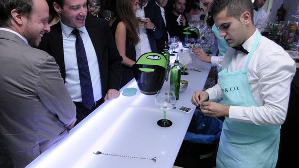 Los camareros ataviados con delantales de Tiffany´s prepararon cócteles personalizados al gusto de los invitados
