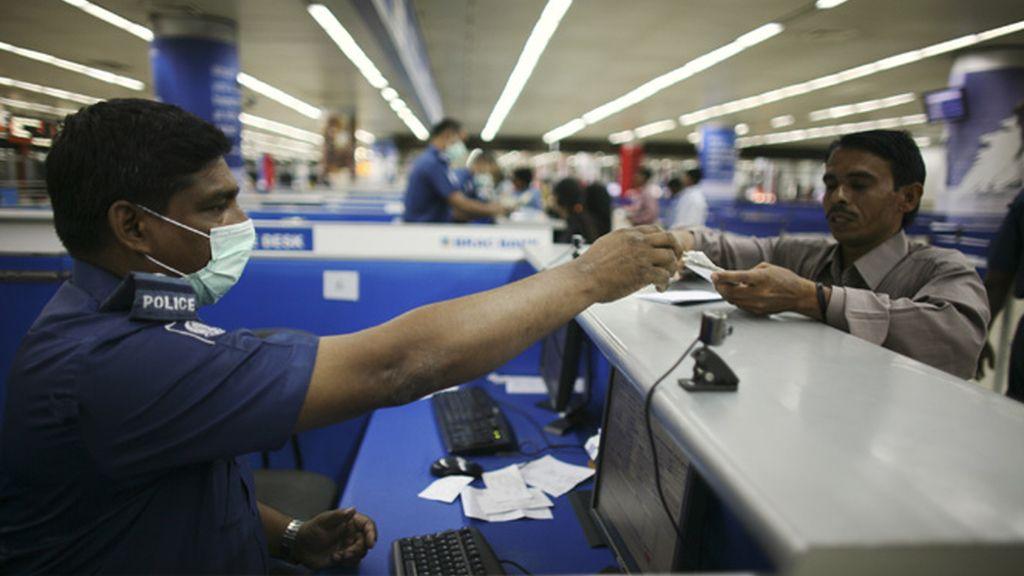 Se reparten mascarillas en los aeropuertos como medida de seguridad