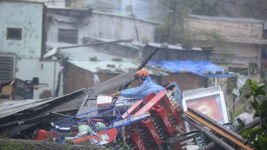 Más de cien mil evacuados en Vietnam por el paso del tifón Nari