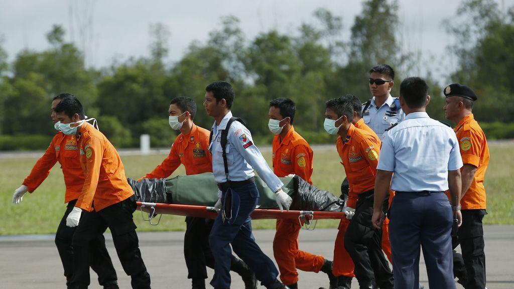 Las autoridades indonesias entregan a su familia el cuerpo de la primera víctima identificada del QZ8501