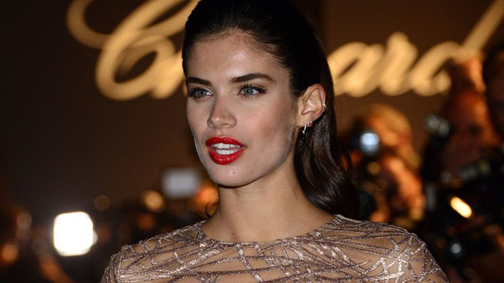 Sara Sampaio acudió con un maquillaje que marcaba sus facciones