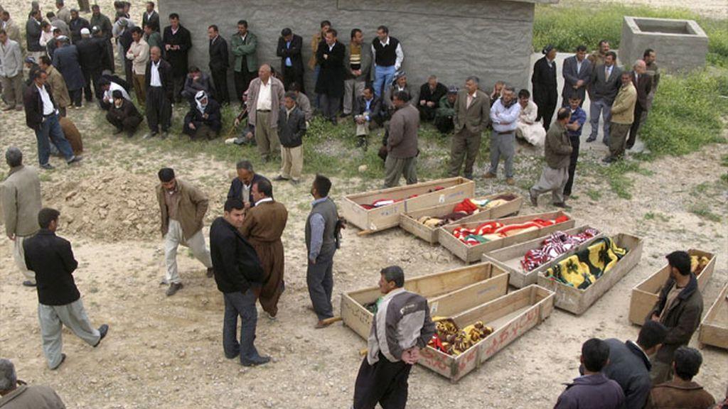 Los Iraquíes hacen un cementerio provisional para enterrar a los fallecidos
