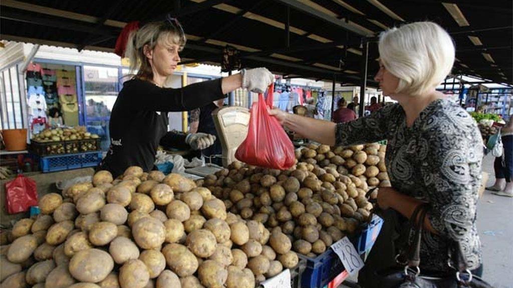 Una mujer vende patatas a otra
