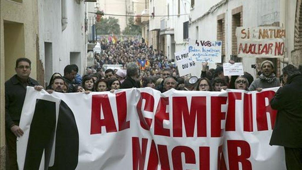 Vista general de la manifestación convocada por la Coordinadora Anticementerio Nuclear de Cataluña (CANC), con el apoyo de otras entidades ecologistas, contra la decisión del ayuntamiento de Ascó (Tarragona) de optar a acoger un Almacén Temporal Centralizado (ATC) o cementerio de residuos nucleares. EFE