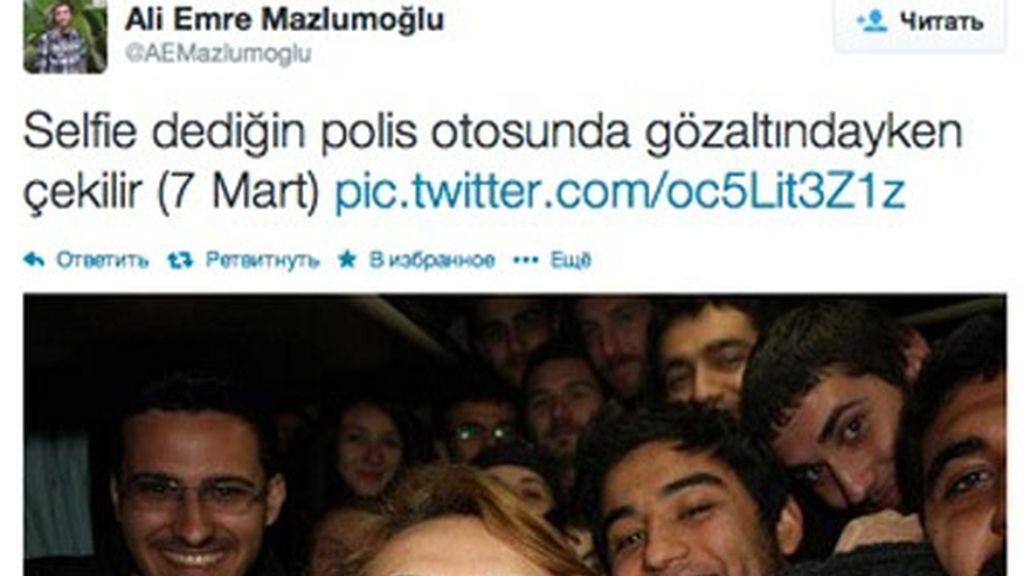 Manifestantes turcos haciendo un 'selfie'