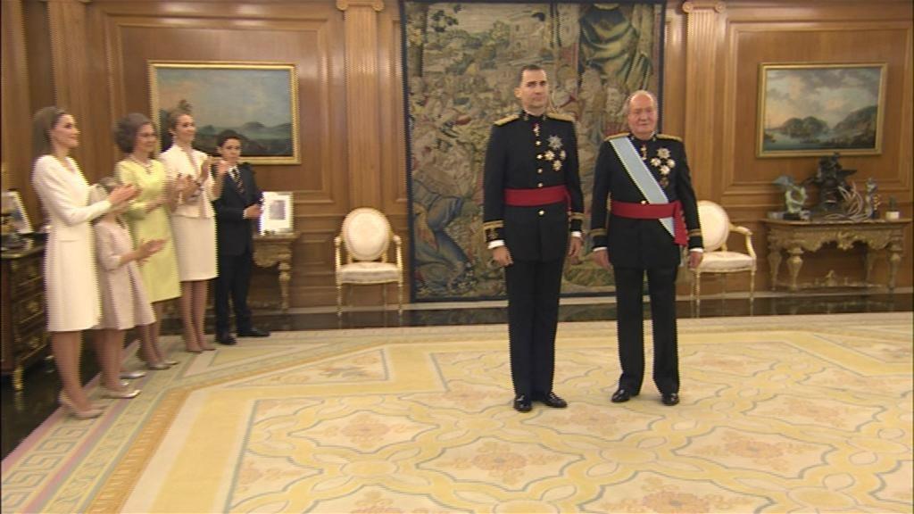 Don Juan Carlos impone a Felipe VI el fajín de capitán general de las FFAA