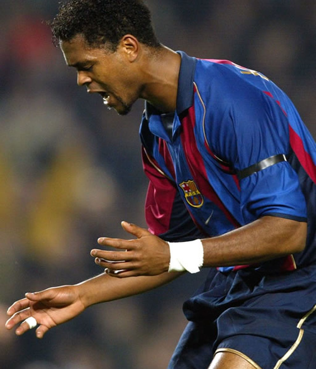 En marzo del 2002 el jugador del Barcelona, Kluivert, se lamenta por un tiro fallado