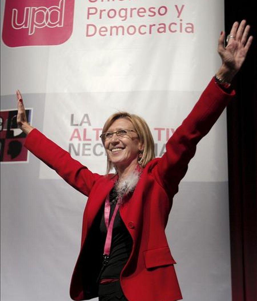 Rosa Díez levanta los brazos en señal de agradecimiento tras ser elegida en el Congreso de Unión Progreso y Democracia (UPyD) celebrado hoy en Madrid portavoz del Consejo de Dirección del partido con el 81 por ciento de los votos. EFE