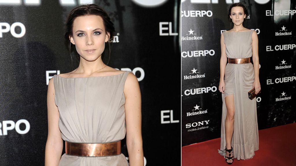 Aura Garrido, espectacular con un vestido asimétrico en color nude