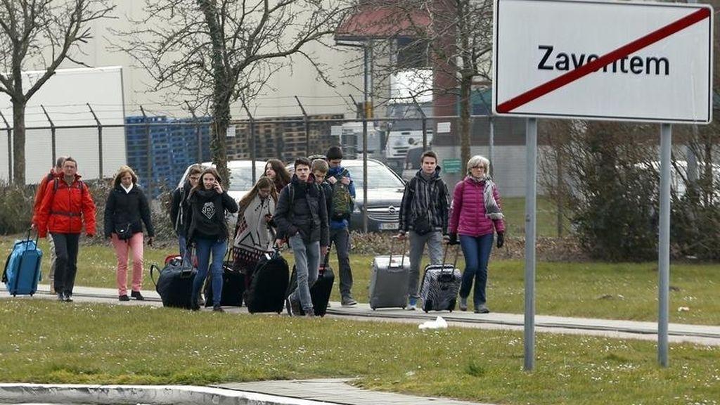 Pasajeros abandonan las instalaciones del aeropuerto de Bruselas tras las explosiones