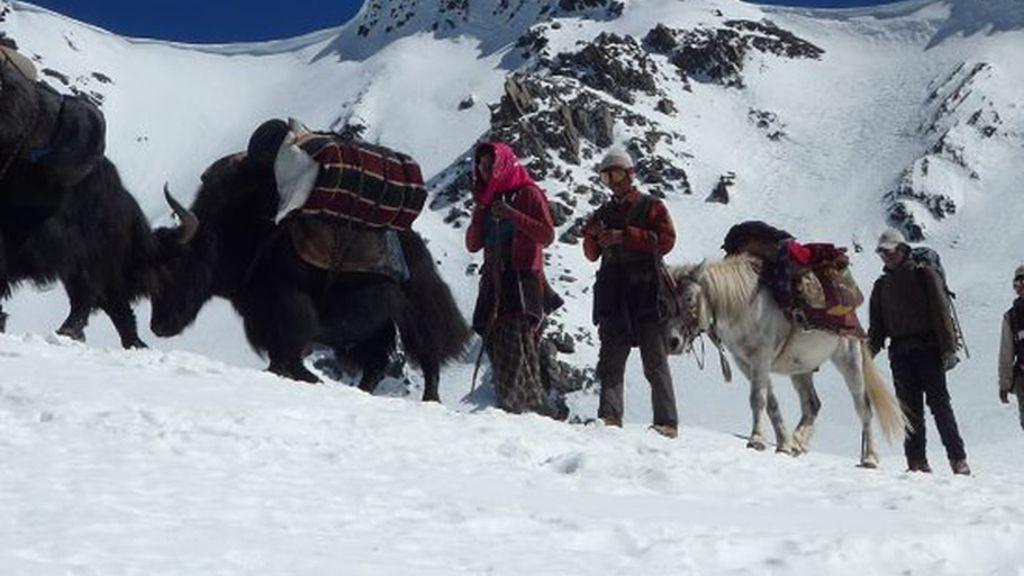 Aks  y personas nos ayudamos para avanzar en la copiosa nieve caida