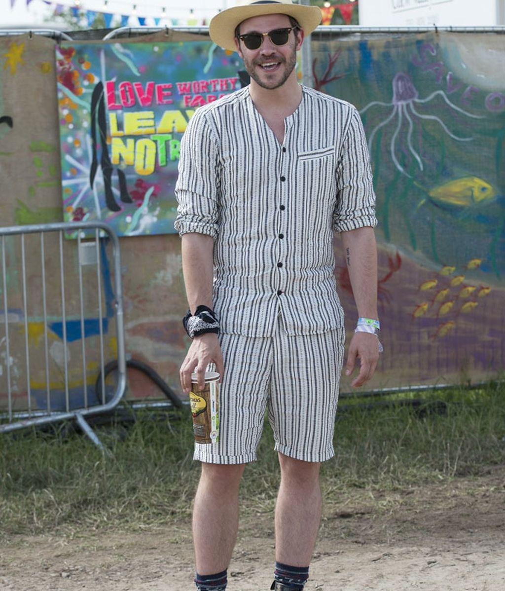 Will Young con un vestuario de bermudas y camisa a juego