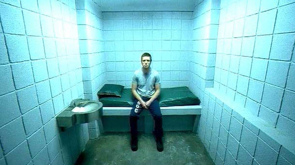 Encerrado en una celda de aislamiento
