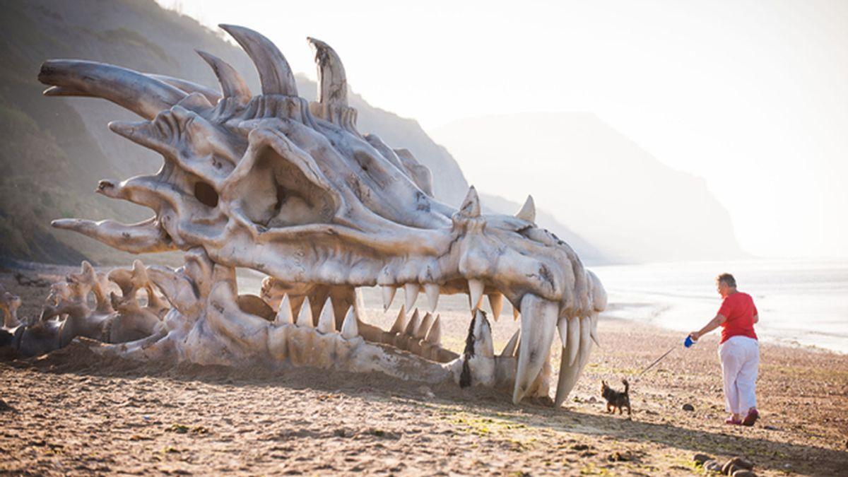 Bestial promoción de Juego de Tronos: Un cráneo de dragón aparece en una playa de Reino Unido