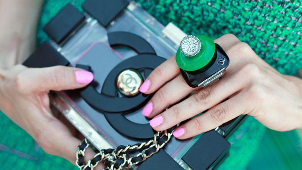 Juana Acosta completó su total look de Chanel con este espectacular anillo y un original clutch