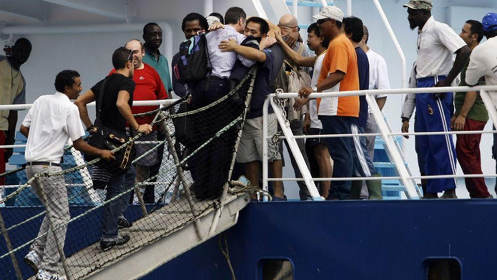 Abrazo entre tripulantes y familiares