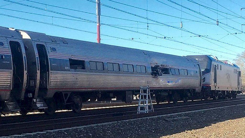 Al menos dos muertos al chocar un tren con 341 pasajeros contra una excavadora en Pensilvania