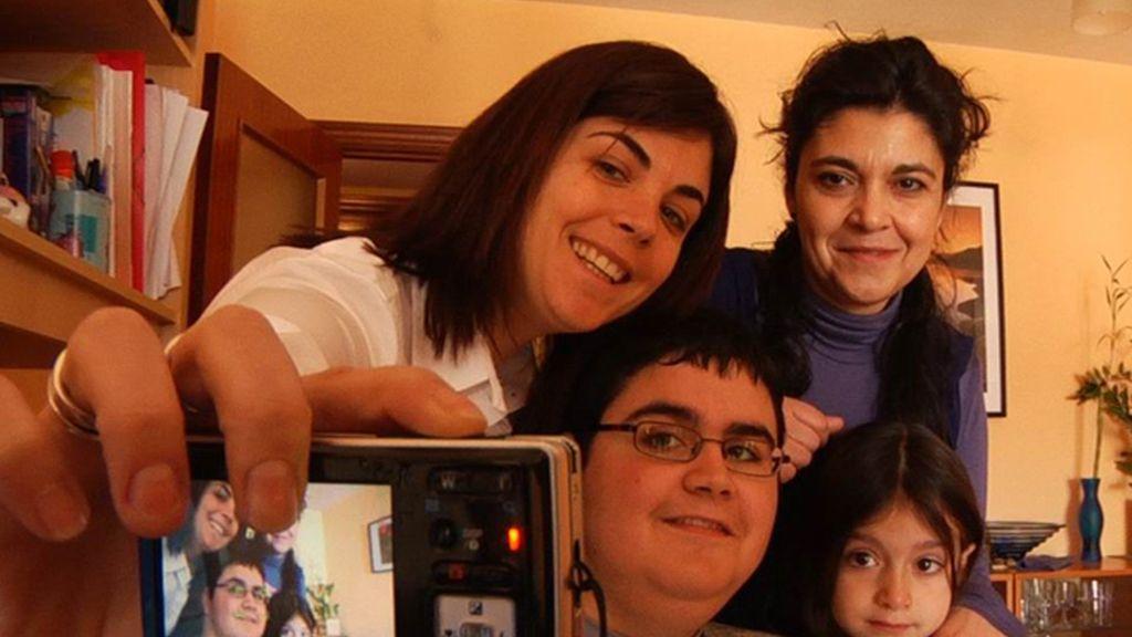 Samanta Villar con la familia de una persona dependiente
