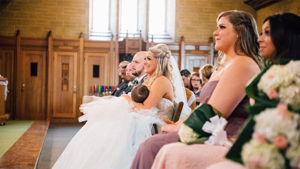 Una madre canadiense da el pecho a su hija en medio de su propia boda