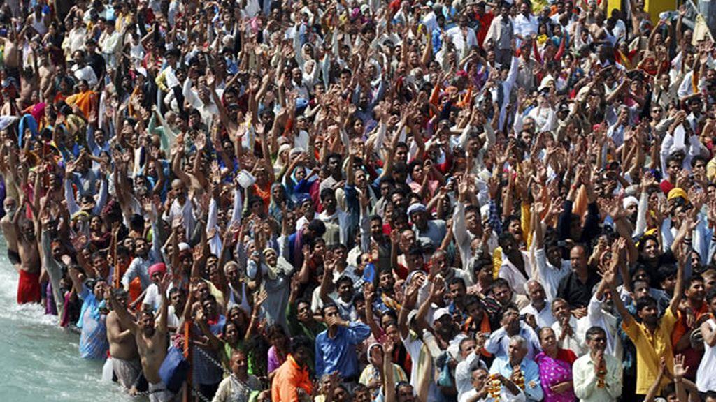 Devotos rezando en multitud
