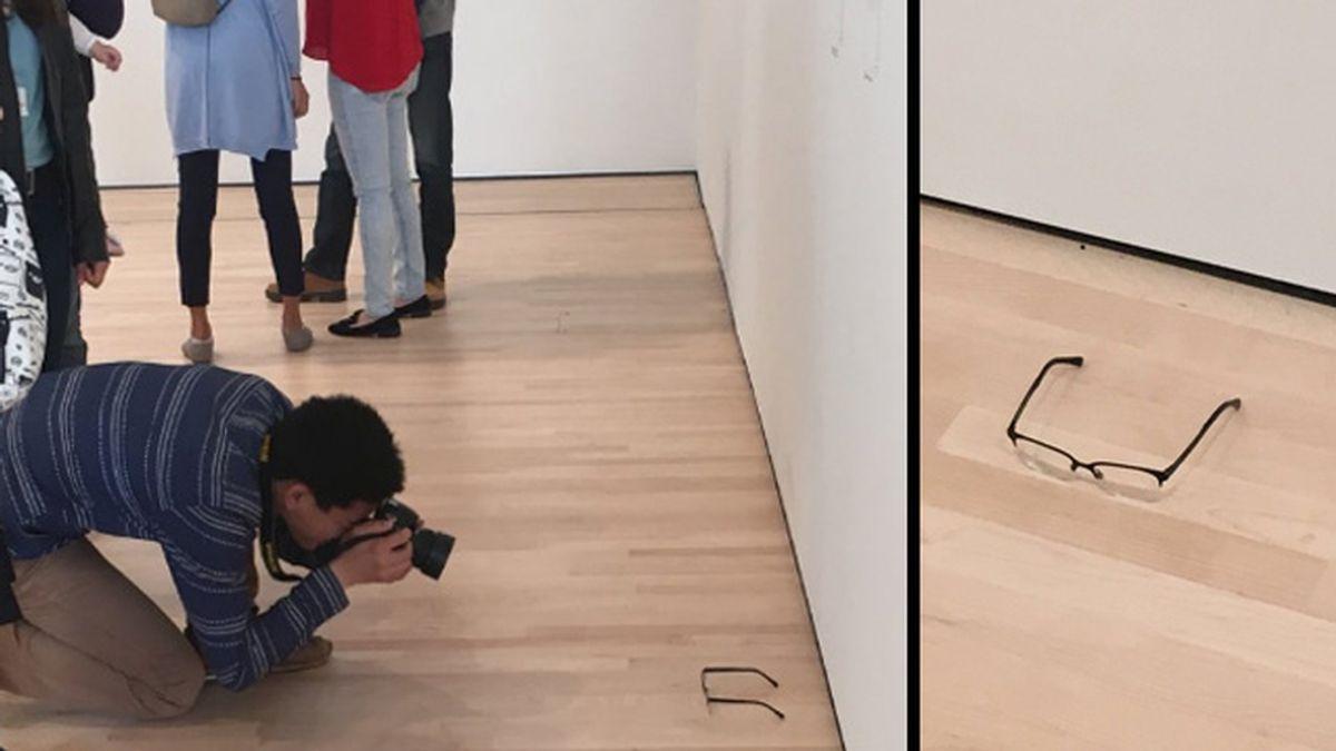 Colocan unas gafas en el suelo del MoMA y los visitantes lo admiran como si fuera una obra de arte