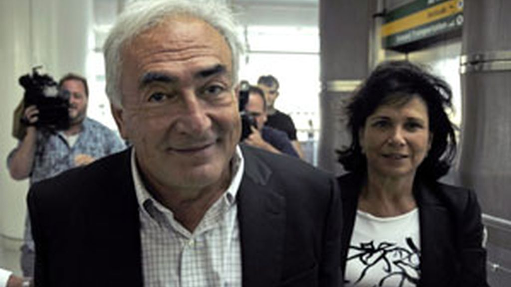 DSK sonriente junto a su mujer minutos antes de tomar el avión de regreso a Francia FOTO: EFE