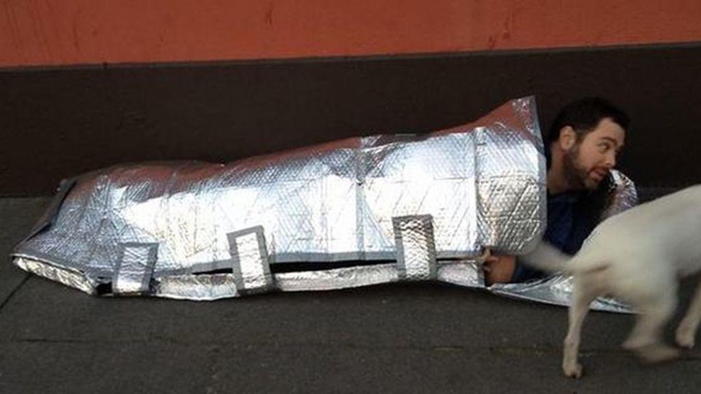 Una joven crea sacos de dormir para mendigos resistente al agua y al fuego