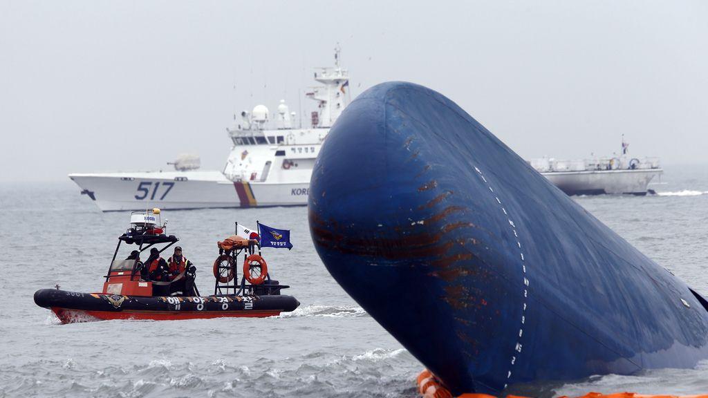 Los equipos de rescate luchan por encontrar supervivientes en el 'Sewol', el barco surcoreano hundido