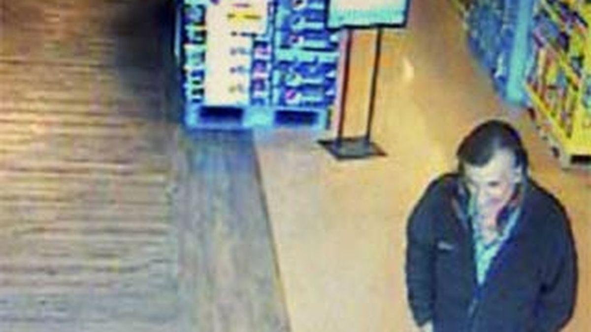 Las cámaras del establecimiento tomaron la imagen del segundo sospechoso. Vídeo: Informativos Telecinco
