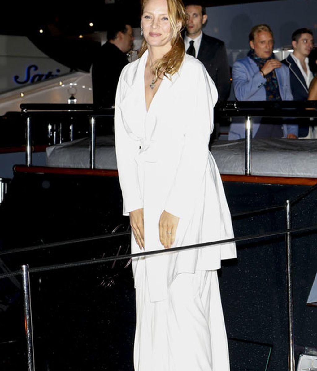 Uma Thurman, de blanco, completó su look con unas sandalias doradas