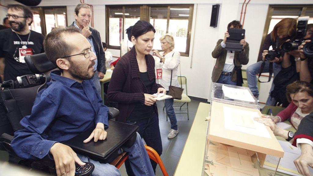 Pablo Echenique, candidato de Podemos en Aragón, vota en Zaragoza