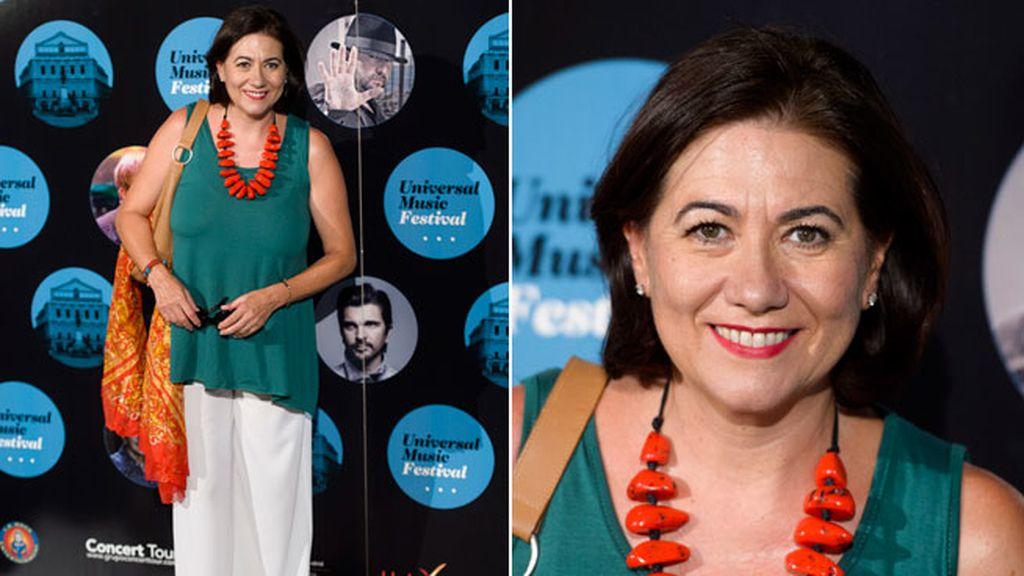 Luisa Martín, sonriente, con un look de colores tierra
