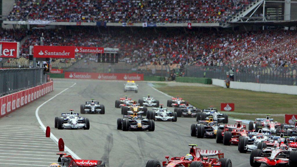 Lewis Hamilton ( McLaren Mercedes), lidera el grupo de competidores tras darse la salida