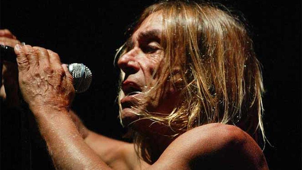 """Iggy Pop actúa con """"The Stooges"""" durante un concierto en el Festival Internacional de Benicàssim en 2007"""