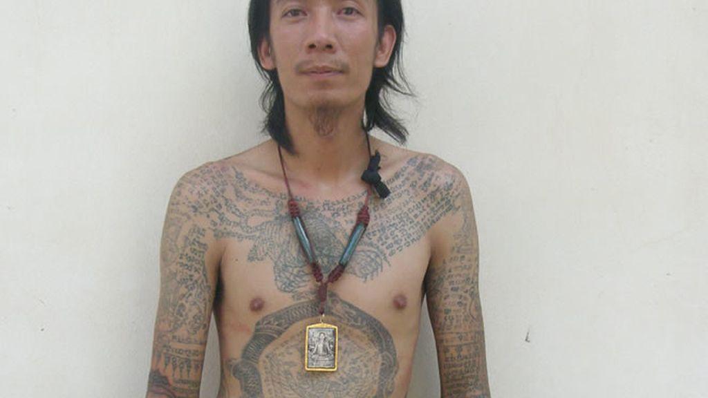 Con el cuerpo totalmente tatuado