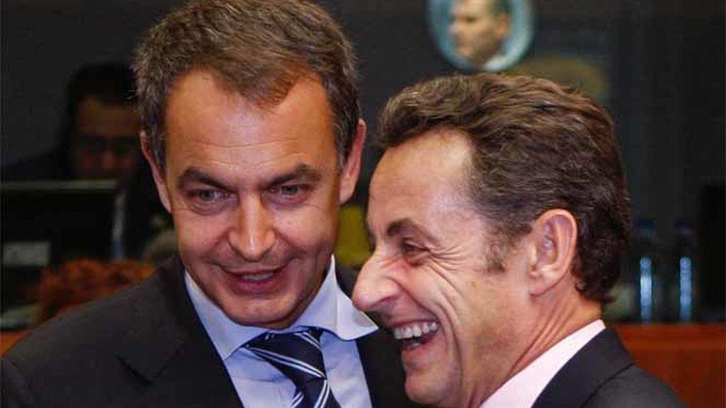 Zapatero y Sarkozy se saludan en el incio de la Cumbre de líderes de la UE