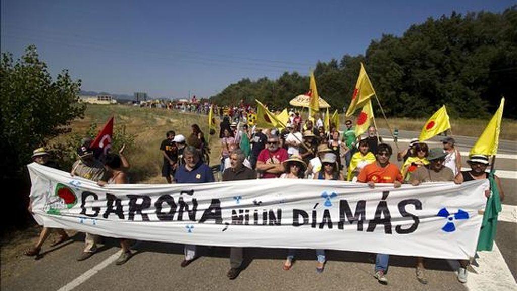 Cabecera de la manifestación donde trescientos ecologistas procedentes de Burgos, La Rioja y el País Vasco han marchado desde la localidad de Barcina del Barco (Burgos) hasta las puertas de la central nuclear de Garoña para pedir el cierre inmediato de la instalación, sin esperar a 2013. EFE