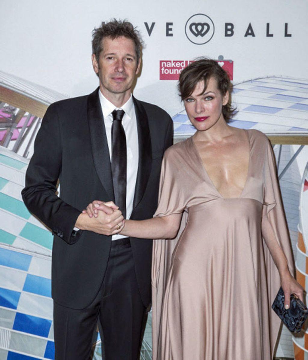La ucraniana Milla Jovovich fue acompañada de su pareja Paul Andersen