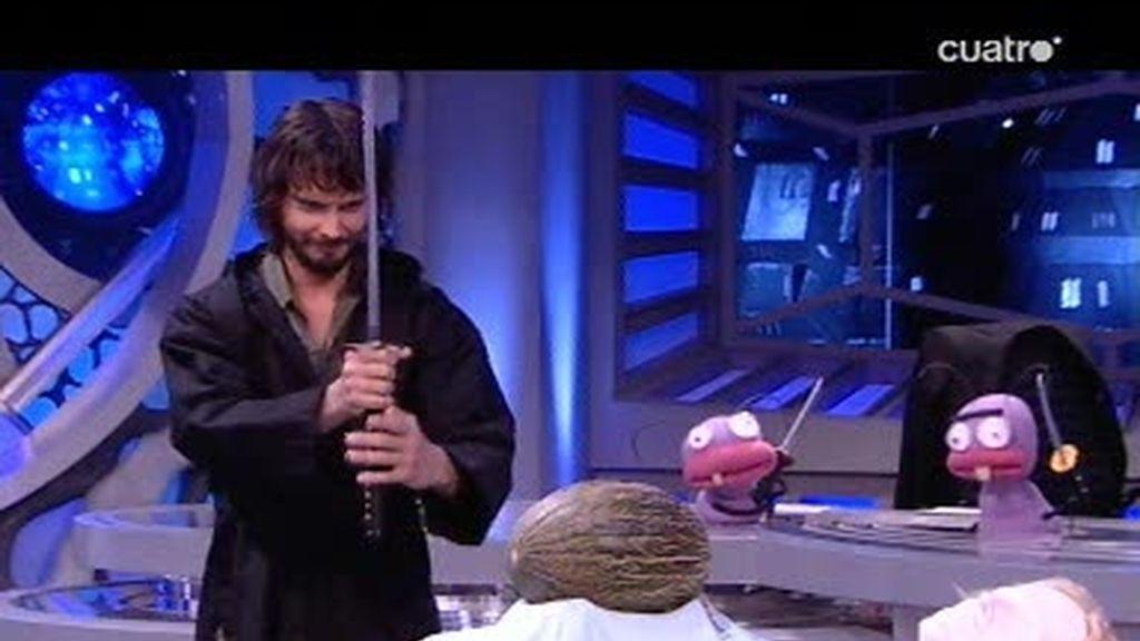 Pablo Motos y David Janer intentan cortar un melón con una catana
