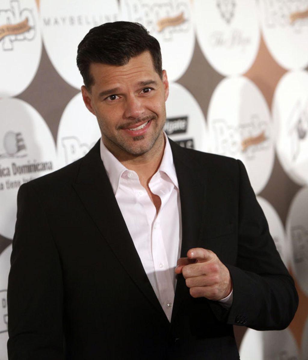 Thalía se entrega al escote extremo y Ricky Martin sigue con su bigote