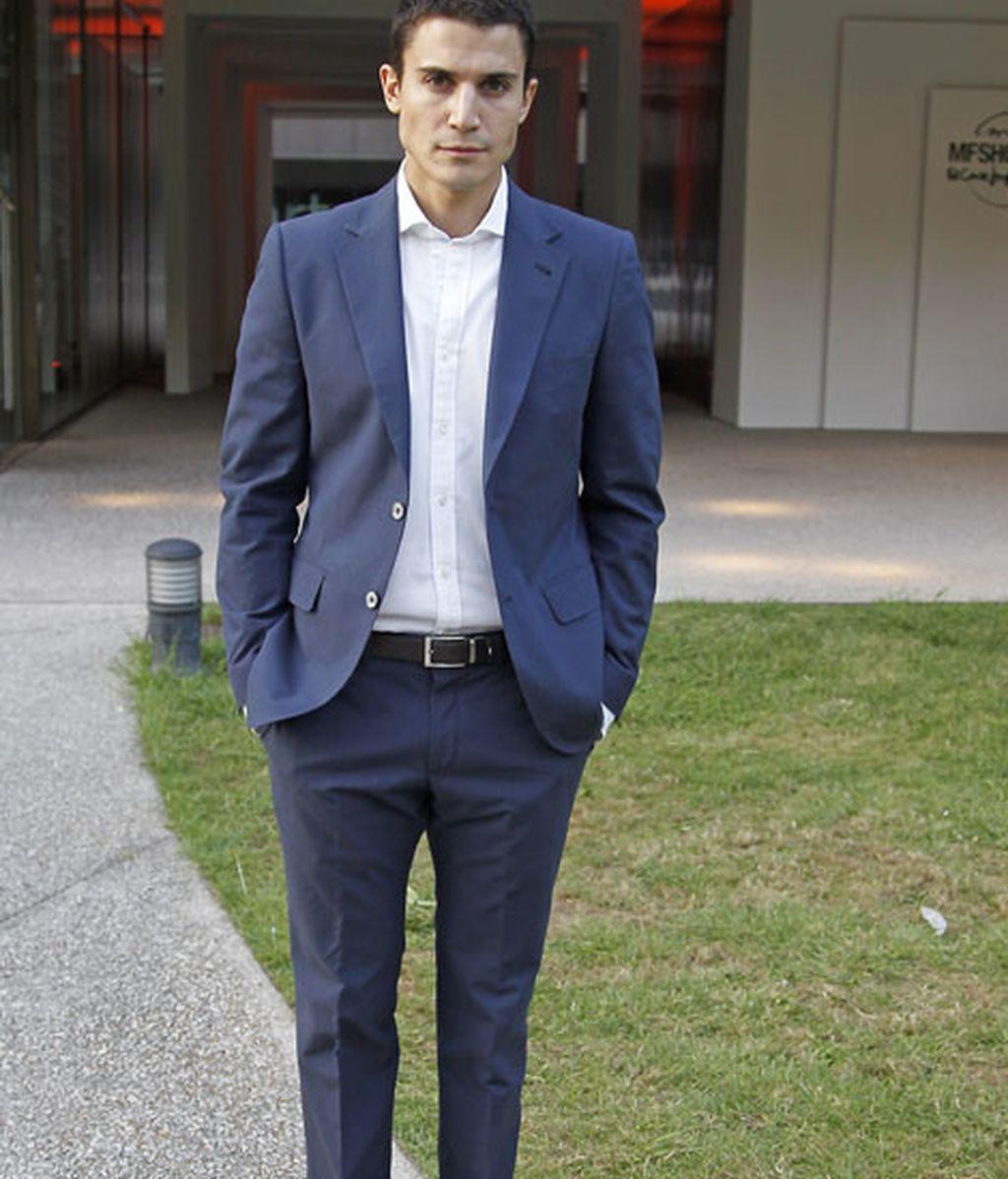 Álex González, con un traje de chaqueta en azul